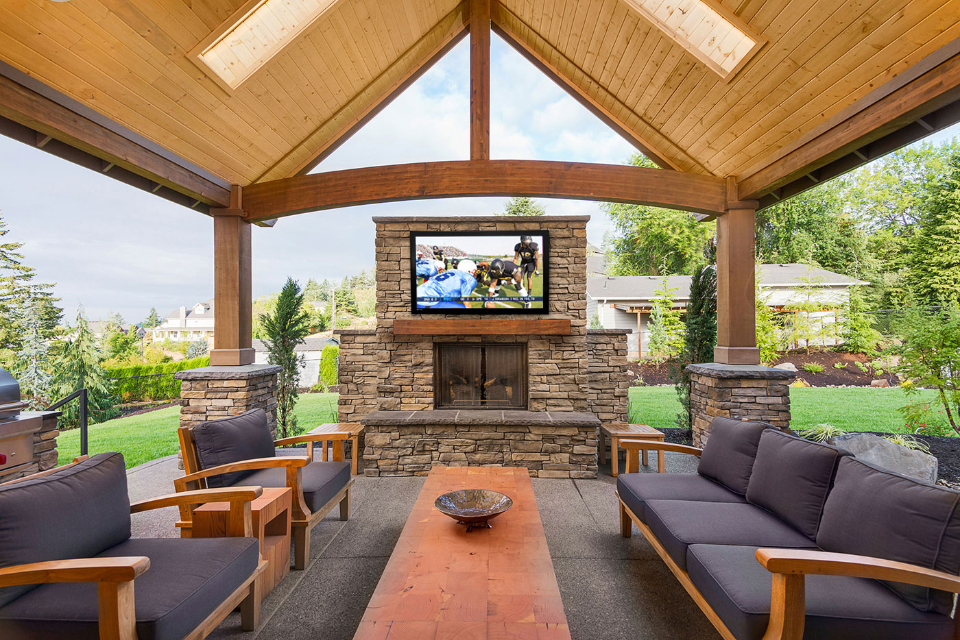 Outdoor living room featuring a Séura Storm TV
